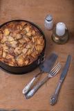 Hemlagad organisk äppelpajefterrätt med stearinljuset Royaltyfria Bilder