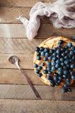 Hemlagad organisk äppelpajefterrätt som är klar att äta Läcker äppelpaj på en trätabell, på ett lantligt wood köksbord, kakadekor Royaltyfria Foton