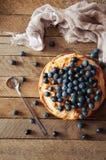 Hemlagad organisk äppelpajefterrätt som är klar att äta Läcker äppelpaj på en trätabell, på ett lantligt wood köksbord, kakadekor Royaltyfria Bilder