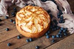 Hemlagad organisk äppelpajefterrätt som är klar att äta Läcker äppelpaj på en trätabell, på ett lantligt wood köksbord, kakadekor Fotografering för Bildbyråer