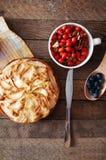 Hemlagad organisk äppelpajefterrätt som är klar att äta Läcker och härlig äppelpaj på en trätabell, på en lantlig wood kökflik Royaltyfri Fotografi