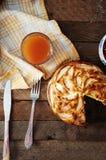 Hemlagad organisk äppelpajefterrätt som är klar att äta Läcker och härlig äppelpaj på en trätabell, på en lantlig wood kökflik Arkivfoton