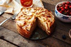 Hemlagad organisk äppelpajefterrätt som är klar att äta Läcker och härlig äppelpaj på en trätabell, på en lantlig wood kökflik Royaltyfria Bilder