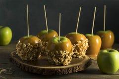 Hemlagad organisk godis Taffy Apples arkivbilder