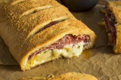 Hemlagad ostliknande och Meaty italienare Stromboli arkivbilder