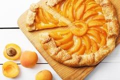 Hemlagad paj för Closeup med persikor Arkivbild