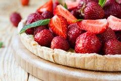 Hemlagad paj med nya jordgubbar Arkivbild