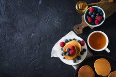 Hemlagad pannkakabunt med bär över svart textur Royaltyfri Bild