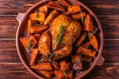 Hemlagad paprika och Herb Whole Chicken med kryddasötpotatisen fotografering för bildbyråer