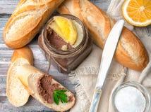 Hemlagad pasta fr?n avfall p? bagetten P? grundtabellen finns det en exponeringsglaskrus, en citron, en kniv, en bagett och gr?sp arkivbilder