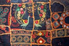Hemlagad patchworkbakgrund för tappning Färgrika etniska handgjorda detaljer och modeller på textur av den gamla filten arkivfoto