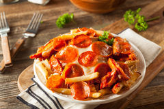 Hemlagad peperoni- och ostpizzapommes frites Royaltyfri Fotografi