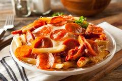 Hemlagad peperoni- och ostpizzapommes frites Arkivfoto