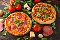 Hemlagad peperoni, salami, champinjonpizza med basilika, tomater, ost på trätabellen ordna till f?r att ?ta fotografering för bildbyråer