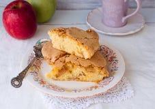 hemlagad pie för äpple räknade geléskivor för äpple cake Charlotte kaka bakad bakelse Matbakgrunder Arkivbilder