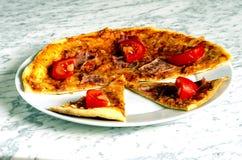 Hemlagad piza på en platta Arkivbild