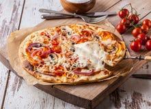 hemlagad pizza Fotografering för Bildbyråer