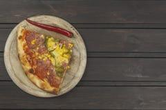 hemlagad pizza Delar av pizza på en mörk trätabell Arkivfoton
