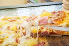 Hemlagad pizza för Closeup på tjänad som pizza Hawiian pizza favorit royaltyfri fotografi