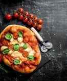 Hemlagad pizza med korvar, tomater och ost fotografering för bildbyråer