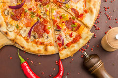 Hemlagad pizza med peperonin Royaltyfri Bild