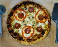 Hemlagad pizza med salami, champinjoner och söt peppar arkivbild