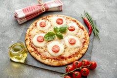 Hemlagad pizza med tomater, mozzarella arkivfoton