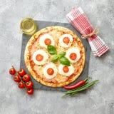 Hemlagad pizza med tomater, mozzarella arkivbild