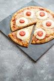 Hemlagad pizza med tomater, mozzarella royaltyfri foto