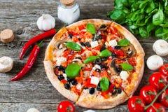 Hemlagad pizza med tomatsås, kronärtskockahjärtor, oliv, Parm Royaltyfria Foton
