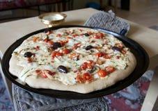 Hemlagad pizza på den stekheta pannan arkivfoton