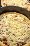 Hemlagad pizza, process av matlagning Lager av grated ost Royaltyfria Bilder