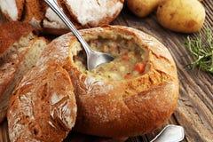 Hemlagad potatiskrämsoppa som tjänas som i brödbunke arkivfoton