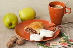 Hemlagad puffpaj med äpplen och te, citron arkivbilder