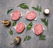 Hemlagad rå kotlett, på en granitdiskbänk, begreppet av matlagninghamburgare, därefter fodrad bästa sikt för kryddor och för örte fotografering för bildbyråer