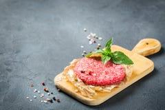 Hemlagad rå organisk finhackad kotlett för nötköttkötthamburgare arkivfoton