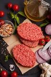 Hemlagad rå organisk finhackad nötköttköttbiff Arkivfoton