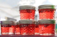 Hemlagad röd jordgubbe Cherry Jelly Jam i Mason Jars på bondemarknaden Royaltyfri Foto
