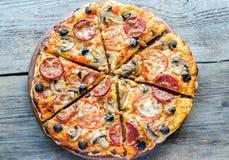 Hemlagad Regina pizza Royaltyfria Bilder