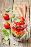Hemlagad regnbågesallad med grönsaker och quinoaen arkivfoto