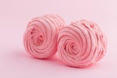Hemlagad rosa sefir eller marshmallow på rosa bakgrund Royaltyfria Bilder