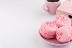 Hemlagad rosa sefir eller marshmallow på vit bakgrund med snuten Royaltyfri Fotografi
