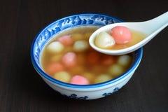 Hemlagad söt kinesisk tangyuan efterrätt som ätas för familjmöten och speciala festivaler royaltyfri bild