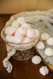 Hemlagad sefirnärbild för vanilj och för hallon i träask på mörk stenbakgrund söta läckra rosa färger och vit Arkivbild