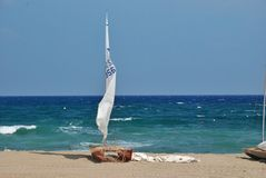 Hemlagad seglingkatamaran på stranden av medelhavet, Barcelona Royaltyfri Fotografi