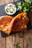 Hemlagad skivad burek som är välfylld med spenat- och ostnärbildnolla Royaltyfria Foton