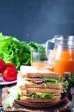 Hemlagad smörgås med en sallad Arkivbild