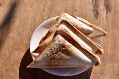 Hemlagad smörgås på trätabellen arkivfoton