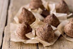 Hemlagad smaklig godis för chokladtryffel på det smakliga efterrättslutet för gammal träbakgrund upp royaltyfria bilder