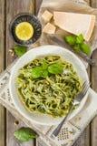 Hemlagad spenatpasta med pesto och parmesanost Arkivbild